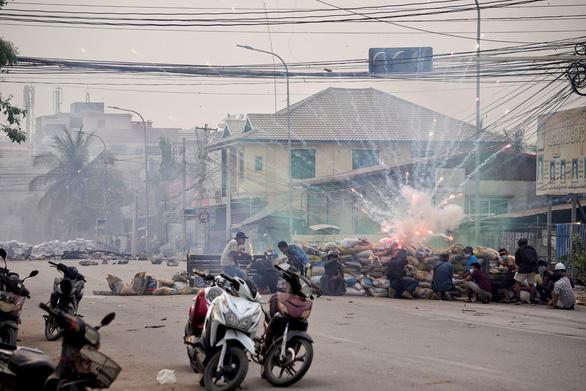 Người biểu tình Myanmar phản đối quân đội bằng... còi xe máy - Ảnh 1.