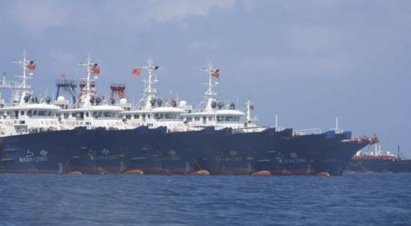 220 tàu tụ trên Biển Đông, Bắc Kinh nói chỉ là tàu cá cùng trú ẩn - Ảnh 1.