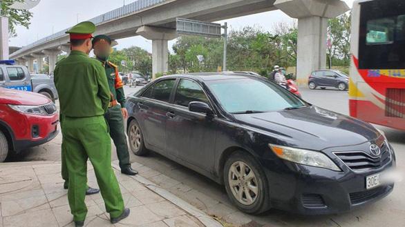 Quân nhân say xỉn đỗ ôtô giữa đường để ngủ, bị nhắc nhở còn xô xát với cảnh sát - Ảnh 1.