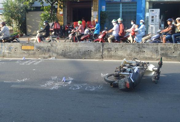 Sau tai nạn, 2 thanh niên bỏ lại xe máy rời khỏi hiện trường - Ảnh 1.