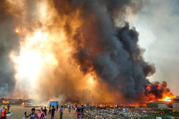 Cháy rất lớn ở trại tị nạn, 15 người chết, 400 người mất tích, 550 người bị thương - Ảnh 1.
