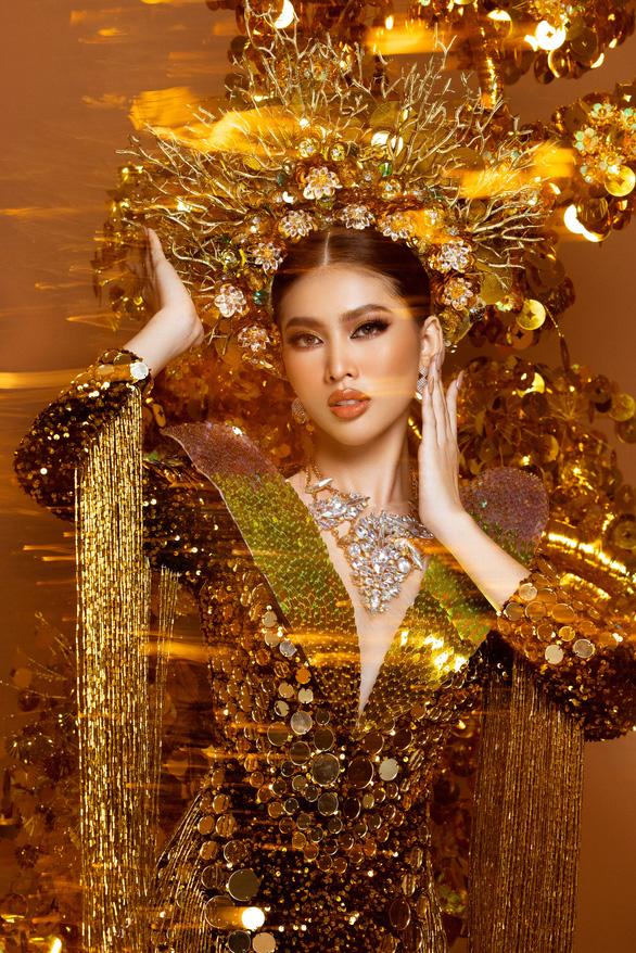 Cận cảnh trang phục nặng gần 30kg của Ngọc Thảo tại Miss Grand International 2020 - Ảnh 3.