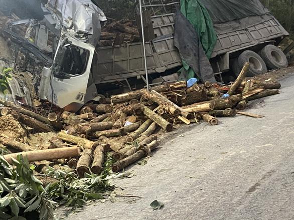 Xe tải chở keo mất lái đâm vào taluy dương, 7 người chết thương tâm - Ảnh 1.