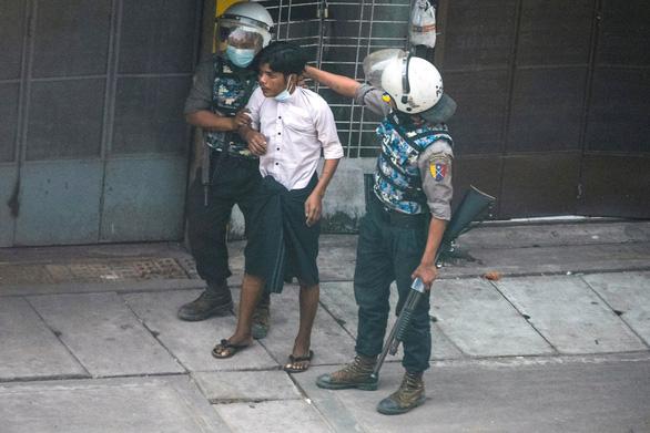 Mỹ trừng phạt cảnh sát trưởng Myanmar, cáo buộc đàn áp dã man người biểu tình - Ảnh 1.
