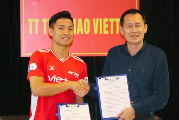 Bùi Tiến Dũng ký hợp đồng dài hạn với Viettel trước ngày đại chiến Hoàng Anh Gia Lai - Ảnh 1.
