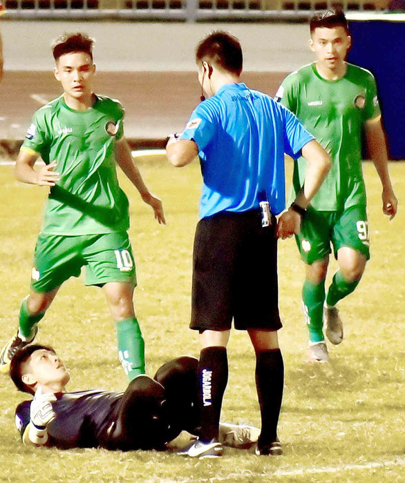 Màn ăn mừng khiêu khích trọng tài của thủ môn Thanh Vũ: Trọng tài quá non tay - Ảnh 1.