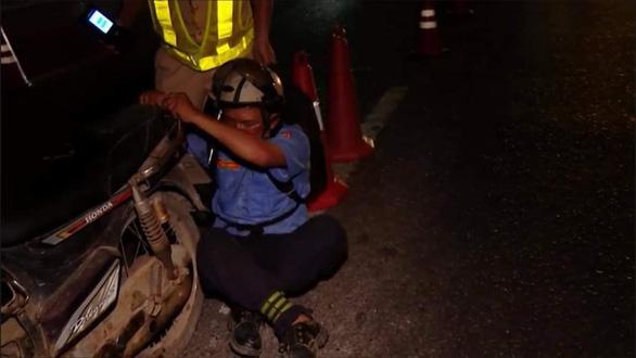 Tài xế quá say xỉn, CSGT phải đưa về nhà bằng... xe cứu thương - Ảnh 1.