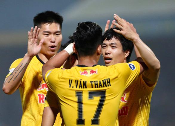 Cú sút xa chân trái ghi bàn đẳng cấp của Công Phượng mở ra thắng lợi cho Hoàng Anh Gia Lai - Ảnh 2.