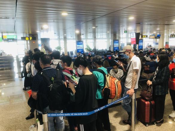 Lượng khách mua vé máy bay dịp lễ 30-4 tăng mạnh - Ảnh 1.