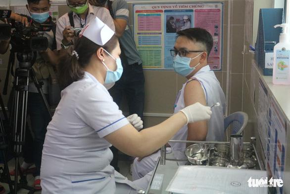 TP.HCM: Bệnh viện tuyến quận đầu tiên tiêm vắc xin COVID-19 - Ảnh 1.
