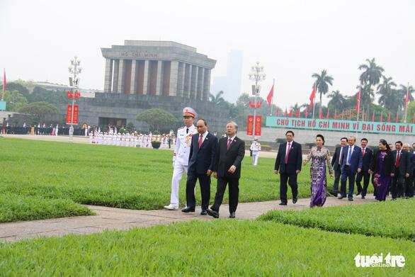 Đại biểu viếng Chủ tịch Hồ Chí Minh trước khai mạc kỳ họp cuối Quốc hội khóa XIV - Ảnh 1.
