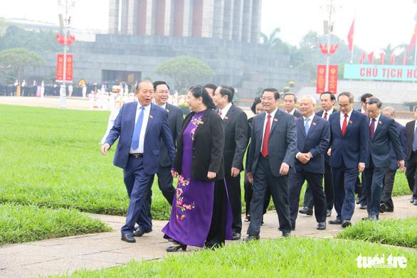 Đại biểu viếng Chủ tịch Hồ Chí Minh trước khai mạc kỳ họp cuối Quốc hội khóa XIV - Ảnh 2.