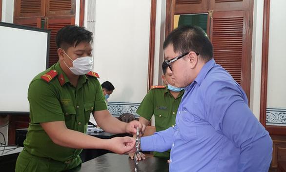Lái ô tô ủi 2 người trong chung cư The Gold View, lãnh 12 năm tù - Ảnh 1.