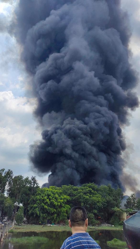 Cháy lớn xưởng mút xốp ở Bình Chánh - Ảnh 2.