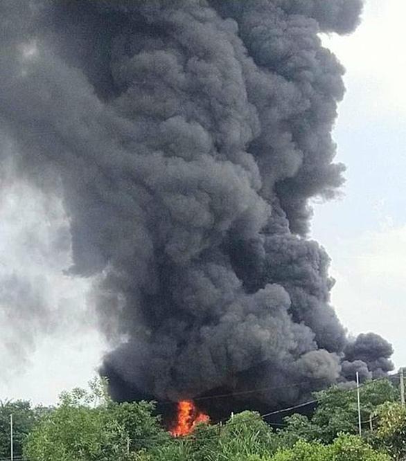 Cháy lớn xưởng mút xốp ở Bình Chánh - Ảnh 3.