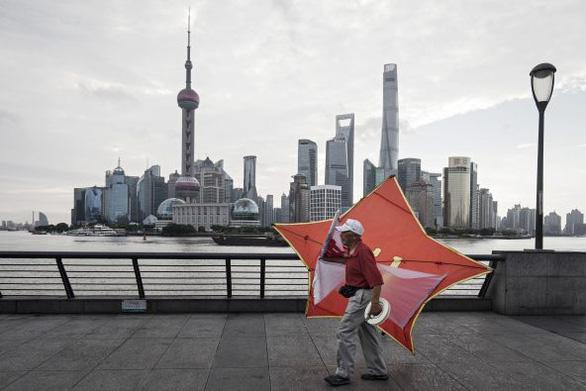 Chỉ số chứng khoán Trung Quốc giảm 15%, cảnh báo hệ quả khi ngừng hỗ trợ COVID-19 - Ảnh 1.