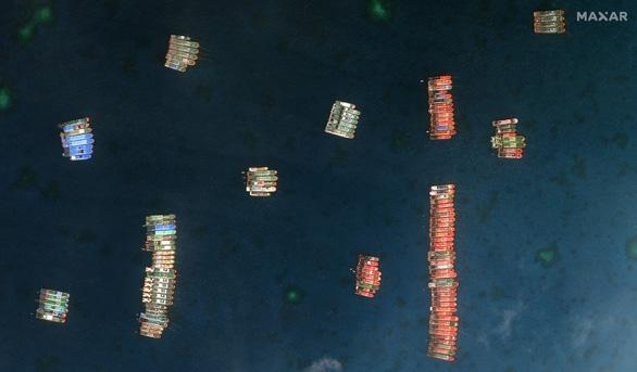 Đài CNN tung video mô tả hàng trăm tàu Trung Quốc ở Đá Ba Đầu - Ảnh 2.