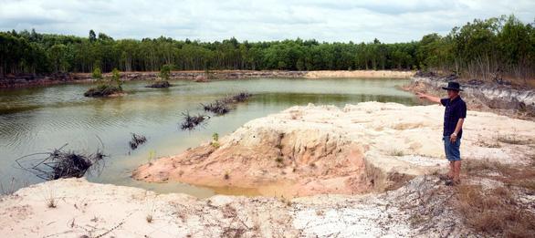 Đất trồng bạch đàn biến thành công trường khai thác cát - Ảnh 1.
