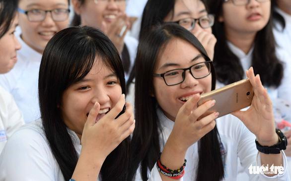 Cấm học sinh dùng điện thoại trong lớp: Không hợp thực tiễn, kiến nghị sửa đổi - Ảnh 1.