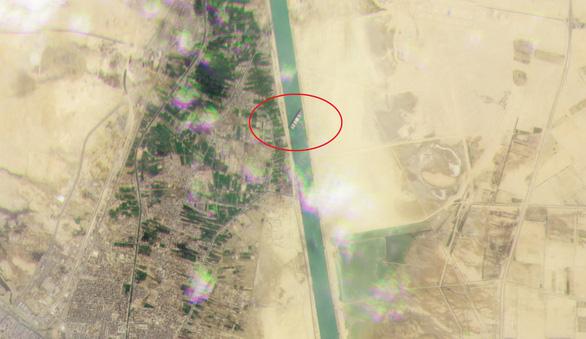 Tàu hàng chặn ngang kênh đào Suez, chủ tàu có thể phải đền hàng triệu đô - Ảnh 2.