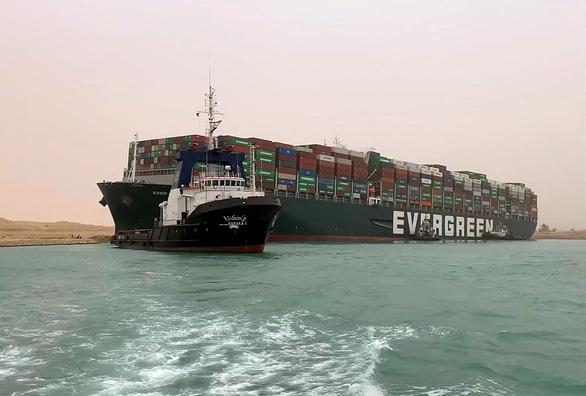 Tàu hàng chặn ngang kênh đào Suez, chủ tàu có thể phải đền hàng triệu đô - Ảnh 1.