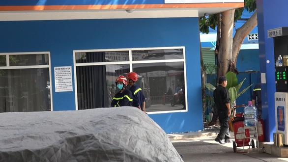 Công an phong tỏa cửa hàng xăng dầu ở quận Gò Vấp, TP.HCM - Ảnh 3.