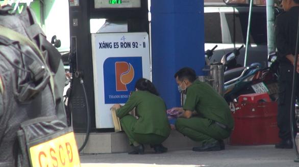 Công an phong tỏa cửa hàng xăng dầu ở quận Gò Vấp, TP.HCM - Ảnh 6.