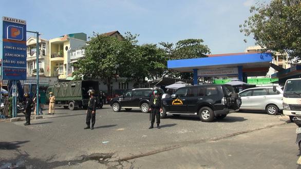 Công an phong tỏa cửa hàng xăng dầu ở quận Gò Vấp, TP.HCM - Ảnh 2.