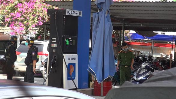Công an phong tỏa cửa hàng xăng dầu ở quận Gò Vấp, TP.HCM - Ảnh 5.