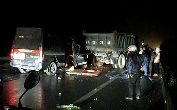 Xe khách đâm vào xe tải bị hỏng đỗ trên đường trong đêm, 3 người chết - Ảnh 1.