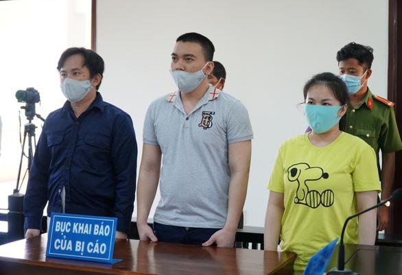 Hai anh em ruột tham gia tra tấn cô gái đến sẩy thai cùng lãnh 30 năm tù - Ảnh 1.