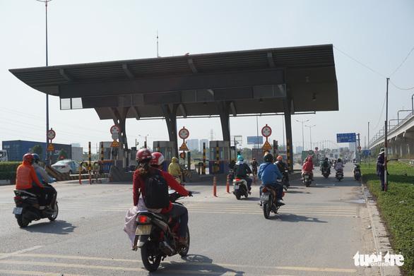 Vì sao dự án BOT xa lộ Hà Nội chưa xong nhưng bắt đầu thu phí? - Ảnh 1.