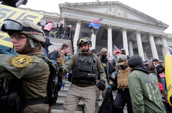 Nhóm cực hữu Mỹ tính đào địa đạo, chiến đấu sau bạo loạn ở Đồi Capitol - Ảnh 1.