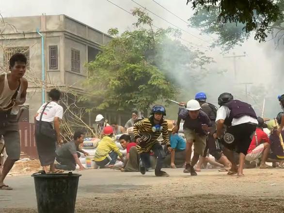 Truyền hình Myanmar: Người biểu tình coi chừng bị bắn vào đầu - Ảnh 1.