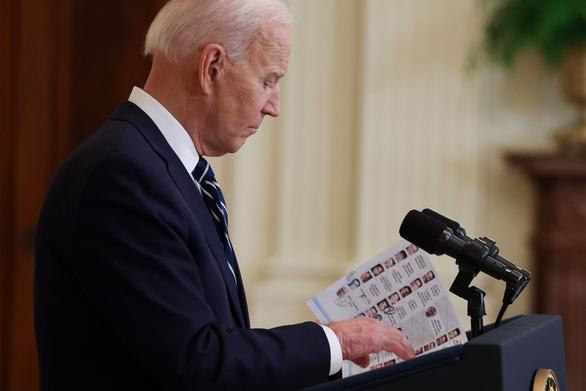 Truyền thông Mỹ đăng ảnh ông Biden cầm giấy ghi chú trong họp báo - Ảnh 1.