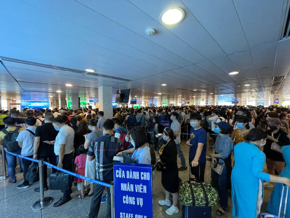 Sân bay Tân Sơn Nhất đông nghẹt, khách xếp hàng suýt lỡ chuyến - Ảnh 3.