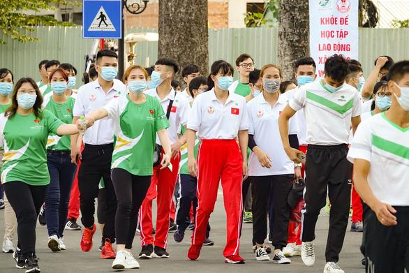 Lực sĩ khuyết tật Lê Văn Công chạy bộ hưởng ứng Ngày chạy Olympic vì sức khỏe toàn dân - Ảnh 3.