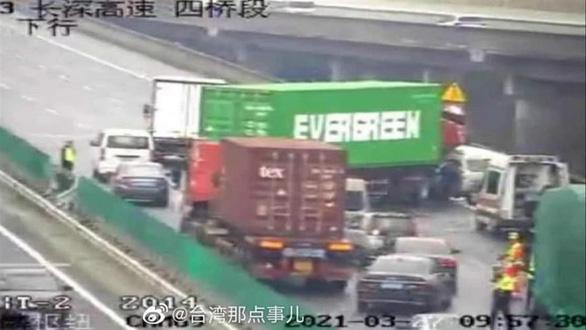 Dân mạng Trung Quốc sốt vì xe container Evergreen mắc kẹt trên cao tốc - Ảnh 2.
