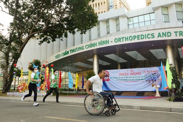 Lực sĩ khuyết tật Lê Văn Công chạy bộ hưởng ứng Ngày chạy Olympic vì sức khỏe toàn dân - Ảnh 1.