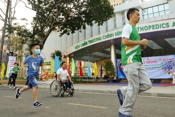 Lực sĩ khuyết tật Lê Văn Công chạy bộ hưởng ứng Ngày chạy Olympic vì sức khỏe toàn dân - Ảnh 5.