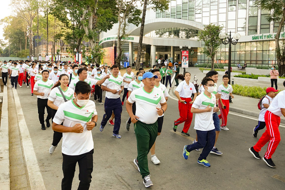 Lực sĩ khuyết tật Lê Văn Công chạy bộ hưởng ứng Ngày chạy Olympic vì sức khỏe toàn dân - Ảnh 2.