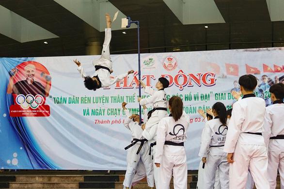 Lực sĩ khuyết tật Lê Văn Công chạy bộ hưởng ứng Ngày chạy Olympic vì sức khỏe toàn dân - Ảnh 7.