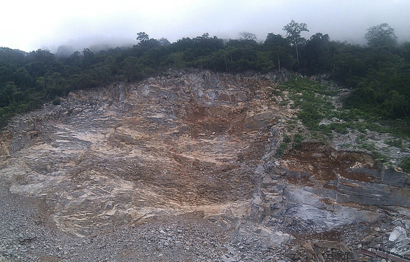 Một người đàn ông chết ở mỏ đá, nghi bị tai nạn lao động - Ảnh 1.