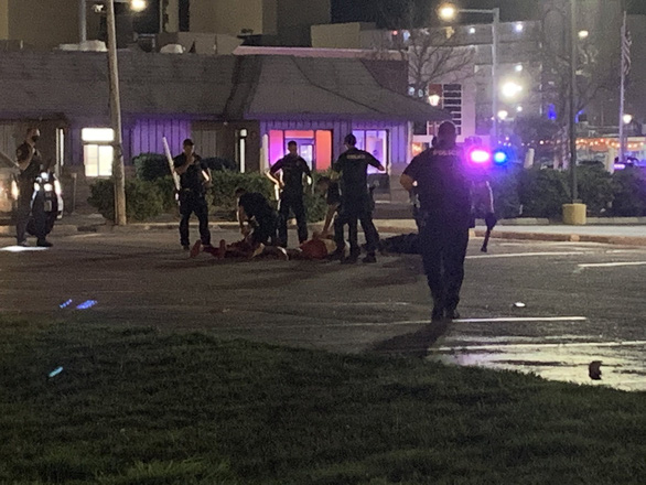 Liên tục 2 vụ xả súng ở Mỹ, ít nhất 2 người chết, 9 người bị thương - Ảnh 1.