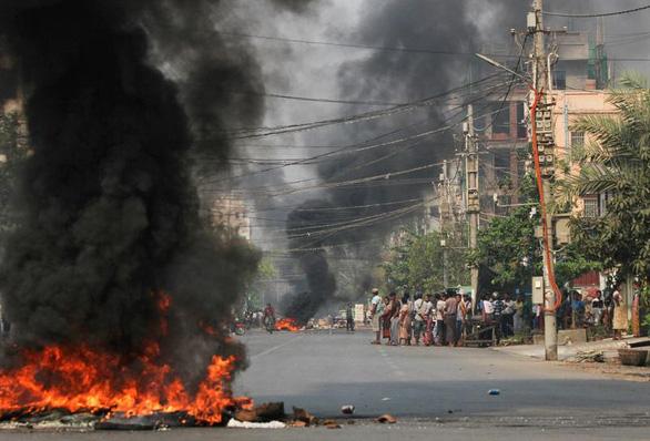 Đạn bắn vào trung tâm Mỹ tại Yangon trong ngày lãnh đạo quân đội Myanmar hứa bầu cử dân chủ - Ảnh 1.