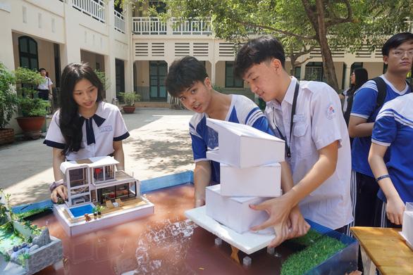 Học sinh bán nông sản, làm mô hình nhà chống lũ... lấy điểm kiểm tra định kỳ - Ảnh 4.
