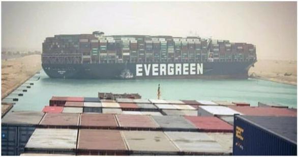 Dân mạng Trung Quốc sốt vì xe container Evergreen mắc kẹt trên cao tốc - Ảnh 3.