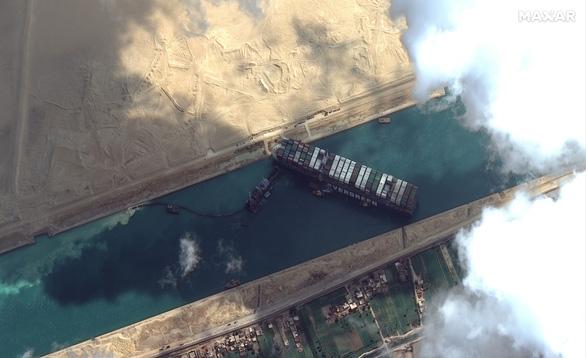 Siêu tàu hàng kẹt ở kênh đào Suez 'đốt' 400 triệu USD mỗi giờ, Mỹ vào cuộc giải cứu - Ảnh 1.