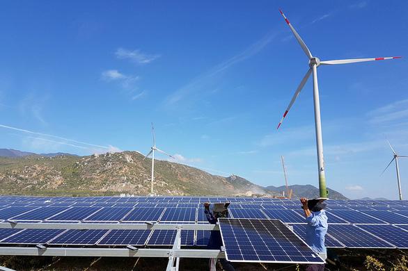 Doanh nghiệp niêm yết vay hàng ngàn tỉ đồng đầu tư điện mặt trời, điện gió - Ảnh 1.