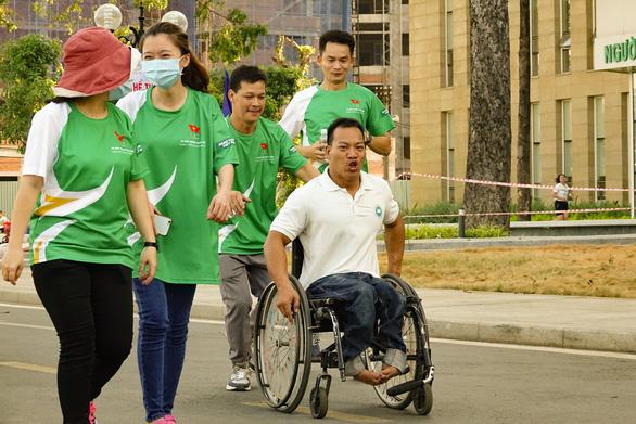 Lực sĩ khuyết tật Lê Văn Công chạy bộ hưởng ứng Ngày chạy Olympic vì sức khỏe toàn dân - Ảnh 6.